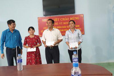 Đồng chí Vũ Minh Đức, Chủ tịch Công đoàn ngành Giáo dục Việt Nam về thăm và tặng quà cho 03_Công đoàn viên bị bệnh hiểm nghèo tại trường THPT Phan Chu Trinh và Trường PTDTNT THCS và THPT huyện Cư Jut